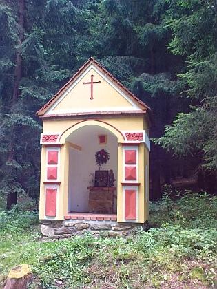 Opravená kaplička u silnice mezi Hodňovem aOlšinou
