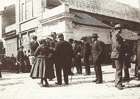 Sedláci z okolí Českých Budějovic před Masnými krámy na pohlednici z doby, kdy budova spořitelny ještě nestála (viz i Katharina Grohmannová)