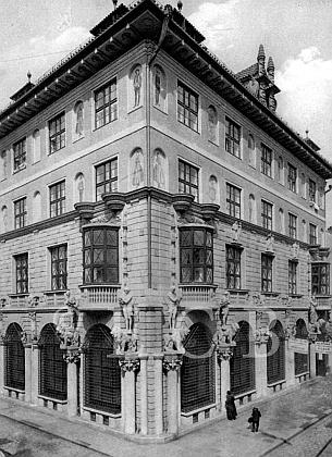 Budova Městské spořitelny na snímku ztřicátých let 20. století...