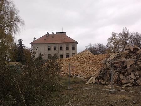 ... po dlouhém chátrání byla v roce 2012 většina budov těchto kasáren zbourána