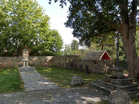 Pietně upravený prostor někdejšího kostela a hřbitova