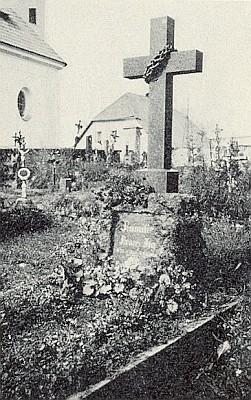Tak vypadal jeho čerstvý hrob při dnes zaniklém kostele ve Strážném