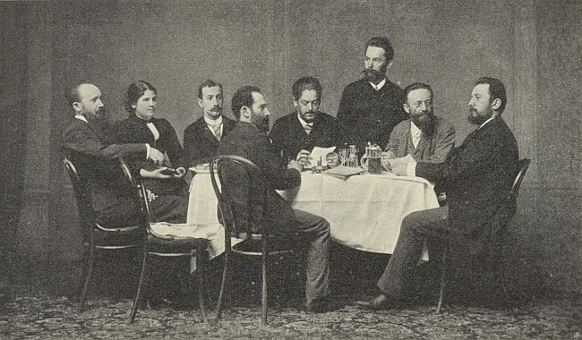 Ve společnosti přátel tu sedí čtvrtý zprava a cosi čte, druhá zleva je zachycena jeho žena AnnaIlgová