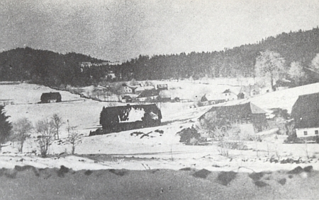 """""""Brenntenberská"""" škola ještě toliko přízemní na zimním snímku, před ní vpředu starý mlýn, zvaný Modeimühle"""" (viz i Franz Thomas Böhm)"""