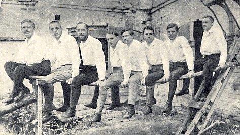 V zajateckém táboře v Rusku v roce 1916 (F. Ilg druhý zleva, za ním Adolf Webinger)
