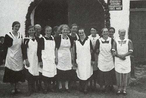 Dcera Gerta na dvou snímcích z poloviny třicátých let (1933-1935): mezi členy Svazu venkovské mládeže (Bund der Landjugend) prvá zleva a na kurzu vaření ve Zbytinách (Oberhaid) šestá zprava