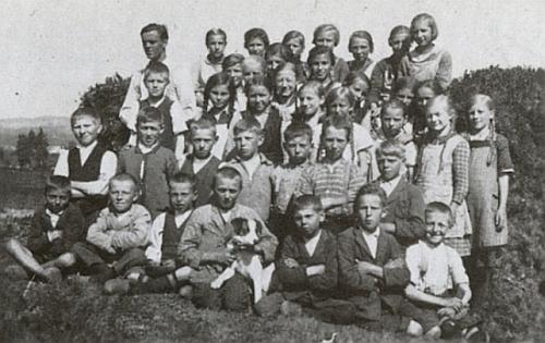 """Učitel Bernhard Ilg, jeho syn, se školní třídou na """"sportovním hřišti"""" v místě v Brenntenbergu zvaném """"Laungwostler Woid"""""""