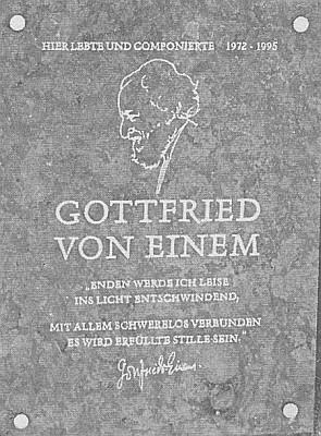 ... a při silnici stojí kámen s pamětní deskou Gottfrieda von Einem