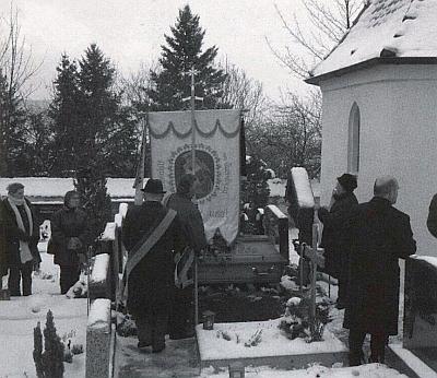 Malšínská farní korouhev nad jeho čerstvým hrobem