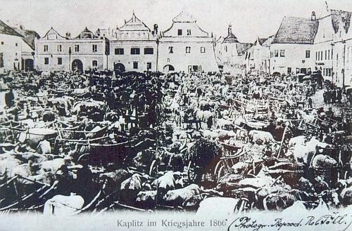 """Nejstarší pohlednice Kaplice zachycuje nejen zdejší dobytčí trhy ve """"válečném"""" roce 1866, ale také náměstí s dosud tehdy ještě zachovanými štíty renesančních a barokních domů"""