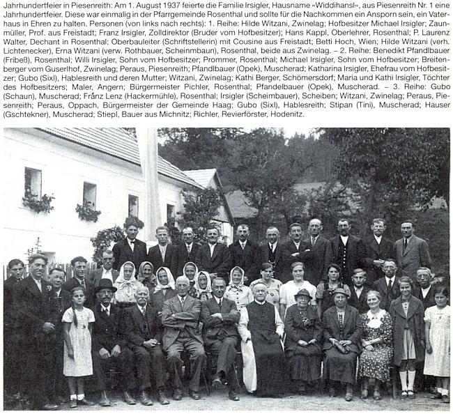 """Dne 1. srpna roku 1937 se Irsiglerovi z Nebřehova čp. 1 takto sešli a v prvé řadě mezi nimi sedí druhý zleva Michael Irsigler, majitel statku, čtvrtý zleva pak sám Franz Irsigler, tehdy dvaašedesátiletý, jeho bratr, pátá zprava pak sedí tu v první řadě spisovatelka Maria Oberparleiterová, v textu ke snímku zaznamenaná pod zkomoleným příjmením """"Oberbauleiter"""""""