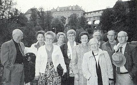 """Se spolužáky poslední """"humanistické"""" třídy krumlovského gymnázia, která maturovala v roce 1939 a sešla se v červnu 1994 na známých místech, stojí zcela napravo"""