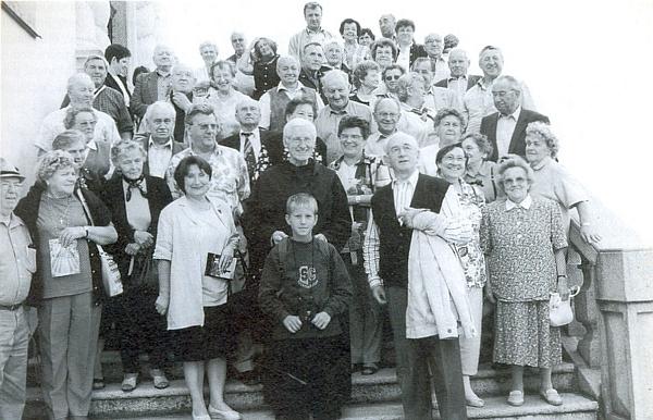 Takto v roce 1999 přivedl malšínské krajany do Dobré Vody u Nových Hradů, kde se s nimi a s ním dal vyfotografovat páter Bonfilius Wagner