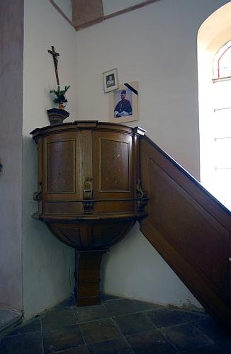 Kazatelna v Turmbergu u rodného Malšína vroce 2007 s jeho fotografií se smuteční páskou