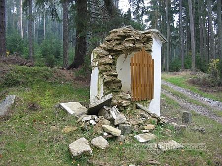 Kaple blízko zaniklé Jedlice po obnovení zničená padlým stromem během orkánu Kyrill v lednu 2007