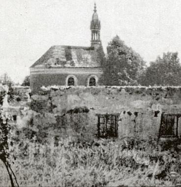 Ruiny domů v Mýtinách a zpustlá kaple na snímku z roku 1965
