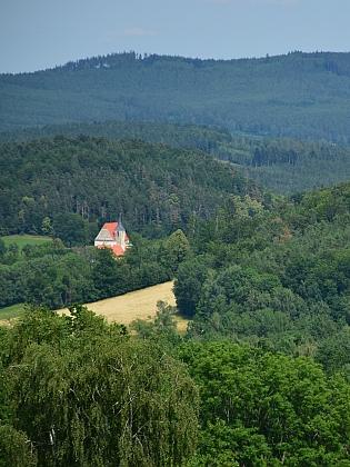 Kostel v Brlohu ze svahu Bulového nad Kovářovem