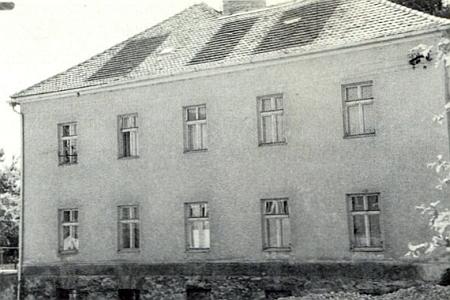 Ktišská trojtřídka s bytem pro učitele na snímku z roku 1972, který poslal do krajanského měsíčníku a doprovodil ho i vlastním článkem o historii školy