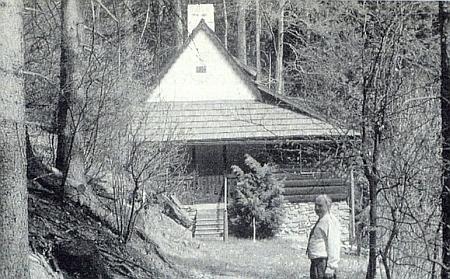 Dobrovodská kaple u Ktiše, přeměněná před lety českým majitelem na víkendovou chatu, na Jakeschově snímku...