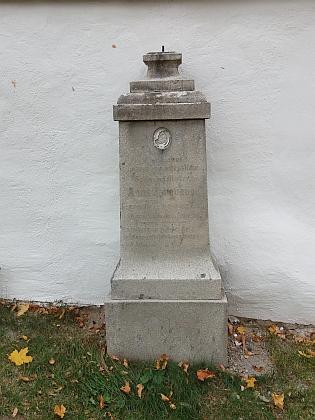Poničené náhrobky na ktišském hřbitově