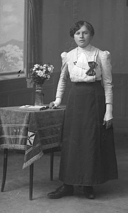 Na snímku od Seidelů, datovaném 19. září 1915, vidíme tehdy více než osmnáctiletou otcovu sestru Katharinu, babiččinu jmenovkyni
