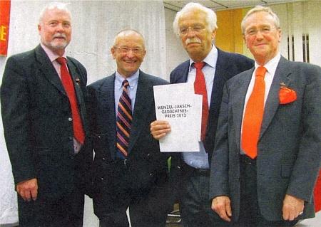 Tady přebírá v roce 2013 jeho pamětní cenu jako už 45. v pořadí význačný německý historik Detlef Brandes (druhý zprava) u příležitosti spolkového shromáždění Seliger-Gemeinde