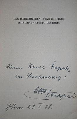 """Věnování této  knihy o Masarykovi jako """"vůdci do nové Evropy"""" Karlu Čapkovi, podepsané autorem, jímž byl někdejší Hitlerův spolustraník a později vášnivý odpůrce Otto Strasser (1897-1974) s datem 28. října 1938  a tištěným určením knihy """"českému lidu v jeho nejtěžší hodině"""""""