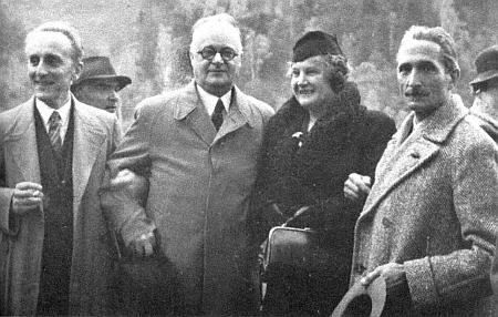 Na spisovatelském sněmování roku 1942 v Karlových Varech ho vidíme prvého zleva(za ním napolo zakryt Emil Merker) vedle Hanse Watzlika ajeho ženy Liny