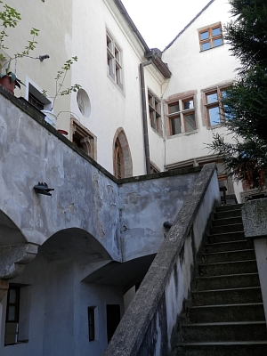 Rodný dům na českobudějovickém náměstí je sídlem rakouského konzulátu a Raiffeisenbank - i ve dvoře se zachovaly gotické prvky