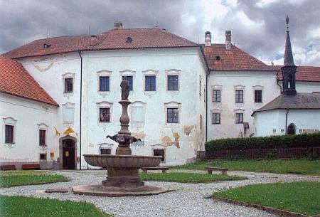 Dvůr cisterciáckého kláštera ve Vyšším Brodě s budovami ve východní části areálu, odkud Američané po skončení války odváželi umělecké předměty, shromážděné tu nacisty - speciální rampa byla pravděpodobně zřízená u vchodu poblíž dnešního Poštovního muzea
