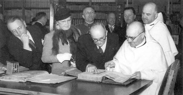 Prezident Beneš s chotí za návštěvy vyšebrodského kláštera v květnu roku 1937 (opat Jaksch zachycen na snímku zcela vpravo)
