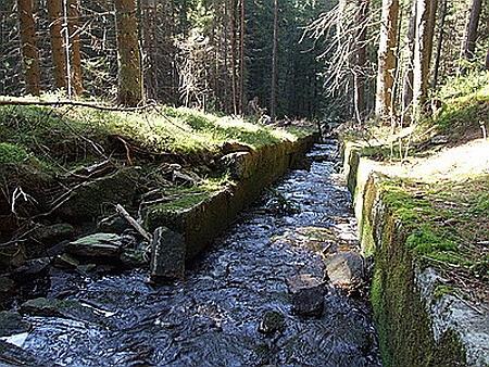 Sekerský skluz, kterým polenové dřevo klouzalo do Křemelné