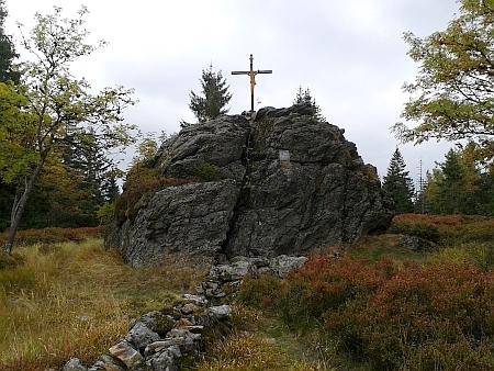 """""""Židovské skály"""" na Medvědí hoře (Bärensteindl, 1224 m) s pozůstatkem hranice     Kamerálního lesa, oddělující jej od knížecího revíru Modravy, na snímku z roku 2015"""