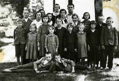 Nakolické školní děti, většinou bosé, se svým panem učitelem Josefem Schnauderem, narozeným roku 1908 veVyšším Brodě, absolventem českobudějovického německého učitelského ústavu v roce 1927