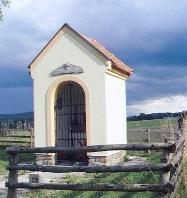 Obnovená kaplička při silnici od Nových Hradů naNakolice