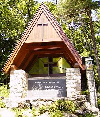 Kaple na vrcholu Mandelsteinu s pamětní deskou vyhnanců