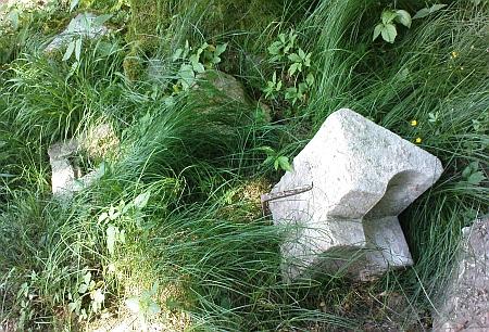 Poblíž kříže je stále možné nalézt kameny ze zničené hrobky