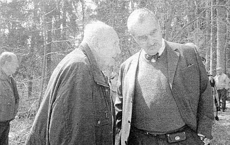 """Na snímku pořízeném při téže příležitosti je """"kníže"""" zachycen v rozhovoru s Ing. Antonínem Nikendeyem"""