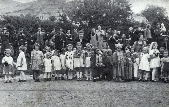 """Paní Hilde Kszyminski, roz. Schauflerová ze Slupence, poslala tento snímek z rodných míst, pořízený někdy za války na louce při řece Vltavě, do krajanského měsíčníku """"Glaube und Heimat"""""""