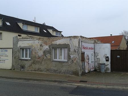 Stav domu  v dubnu 2016 - vpravo pohled zaprášeným oknem doprostoru, kde stával