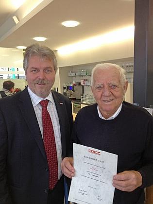 Předseda Wirtschaftskammer Rohrbach mu tady gratuluje vroce 2012 k devadesátinám