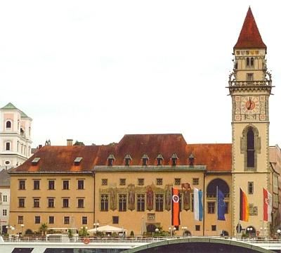 Radnice v Pasově s vlajkou sdružení Deutscher Böhmerwaldbund v popředí (prostřed evropská,     nalevo od ní dolnobavorská a zcela nalevo ta DBB, napravo německá apasovská)