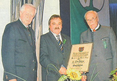 "Spolu s Hansem Harwalikem (vlevo) předává starostovi bavorského města Freyung roku 2004 diplom čestného člena krajanského spolku ""Heimatsammlung Stadt Winterberg"""
