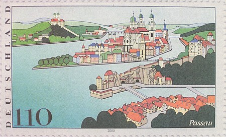 Pasov na poštovní známce z roku 2000: na Horním hradě vpravo nad řekou Dunajem mají vyhnaní Šumavané své muzeum