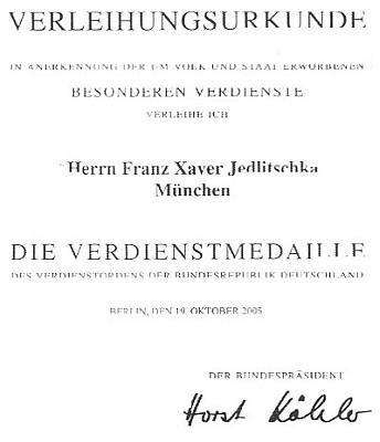 Listina s podpisem spolkového prezidenta Köhlera zroku 2005 k udělení medaile za zásluhy oSpolkovou republiku Německo