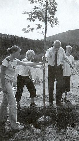 Toto není on, kdo zasazuje mladý doubek v Aleji smíření u Vimperka, nýbrž krajský hejtman Jan Zahradník, Franz Xaver Jedlitschka je ovšem autorem fotografie