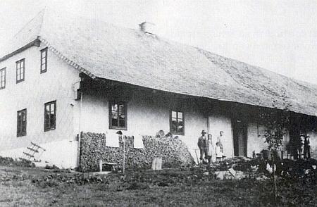 Rodný dům MUDr. Josefa Klostermanna, otce spisovatele Karla Klostermanna, v někdejším Schlösselwaldu (dnes Hrádky) byl po vyhnání německých obyvatel zničen jako tolik jiných stavení a celých vsí kolem