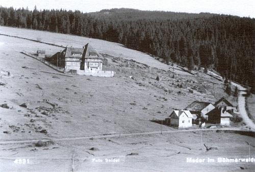 """Klostermannova chata v Modravě, za druhé světové války přezvaná """"v Říši"""" na """"Deutsches Berghotel"""", zde na pohlednici Josefa Seidela z roku 1927"""