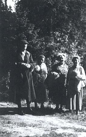 Fregatní kapitán Rudolf Abele (1876-1955) se svými sestřenicemi Annou, Ernestinou a Henriettou, roz. Jelinekovými
