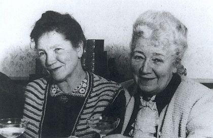 Její sestry Maria, provd. Dreherová, vedle ní vpravo pak malířka a středoškolská profesorka Ernestine, provd. Prischingová